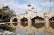 Thumbnail image of Puente Del Mar bridge across the Jardin del Turia park, Valencia, Spain